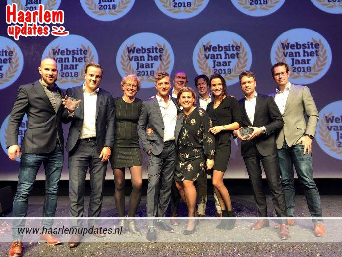 Van links naar rechts: Jos Timmer (Online Marketeer), Jeffrey Peereboom (Online Marketing Manager), Elvira van Eden (Medewerker Online Marketing), Jan Versteegh (Presentator), Pieter Rozendaal (Directeur DekaMarkt), Cindy Besse (Medewerker E-Commerce), Paul van Lenten (Unit Manager Promoties en Non Food in/out), Julia Voskuilen (Management Trainee), Thijs Nootenboom (Business Development Manager), Joris Prins (Fulfilment Proces Manager). Ingezonden foto.