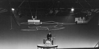 The Beatles tijdens televisieopnamen in Treslong in Hillegom (5 juni 1964), door: Poppe de Boer, Noord-Hollands Archief/ collectie Fotoburo de Boer.