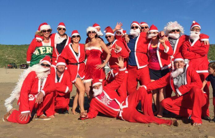 Santa's lopen zich warm in op het strand. Ingezonden PR foto.