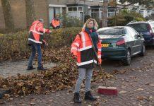 Wethouder Joyce Langenacker met wijkteam in Schalkwijk op pad. PR Foto Spaarnelanden.