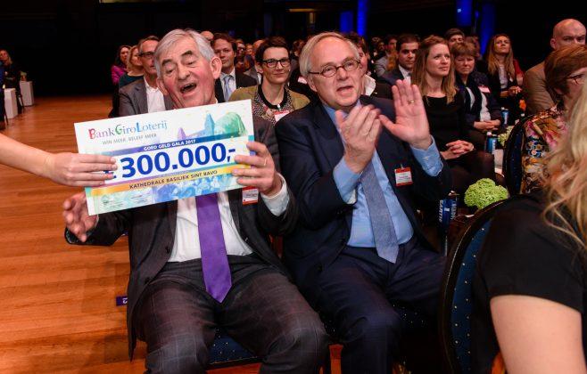 Wim Eggenkamp, directeur van de Kathedrale Basiliek Sint Bavo, ontvangt een cheque tijdens het BankGiro Loterij Goed Geld Gala. Fotografie: Roy Beusker