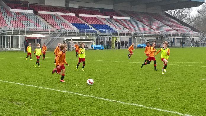 JO9-1 en JO-2 spelen een vriendschappelijke wedstrijd. Fotografie: Ilse Miedema.