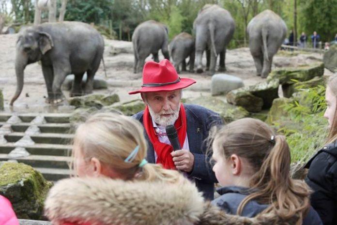 Marjo Hoedemaker met scholieren bij olifantenverblijf. Credits: Yarden.