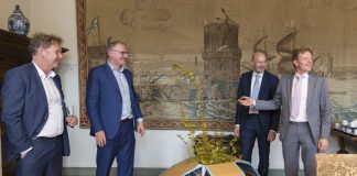 Foto v.l.n.r.; Chris van den Dungen (Certitudo Capital), wethouder Jeroen van Spijk, Jaco Plompen (Dura Vermeer) en Chris Schaapman (namens vof Belcanto). Fotografie: Jurriaan Hoefsmit.