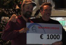 Op de foto pachter Hans de Bruijn die de cheque overhandigd aan Harald Ames van Artisklas. PR foto.