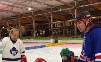 Links staat trainer Ton ten Hamm (witte trui) en rechts Xander van Rijswijk (blauwe trui). Fotografie: Wilma Vermunt.