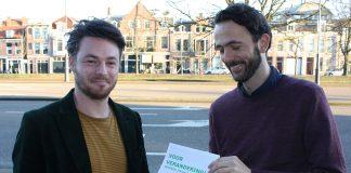 Hessel Kruisman (rechts) overhandigd Programma aan Lijsttrekker Robbert Berkhout. Fotografie: Pieter Postmus,
