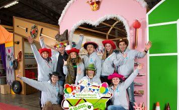Vrijwilligers van Stichting Jarige Job zijn blij met de scholeninzamelactie van Wecycle die een sponsorcheque opleverde van 10.000 euro. Foto: Wecycle.