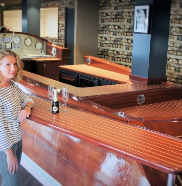 Aquarama Beachclub manager Laura Scholten aan de net opgeleverde boat-bar.