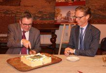 Taart voor nieuwbouwproject De Damiate. (links burgemeester Jos Wienen, rechts BEMOG-directeur Stefan van Dijk). Foto: gemeente Haarlem.