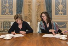 Elisabeth Post en Cora-Yfke Sikkema ondertekenden de realisatieovereenkomst voor HOV-Noord. Fotografie: Jurriaan Hoefsmit.