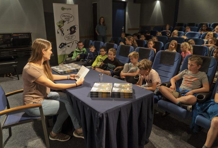 Kinderen luisteren ademloos naar Naomi Tieman die voorleest uit het kinderboek dat zij speciaal schreef voor de Wecycle-inlevercampagne bij bouwmarkten. Foto: WeCycle.