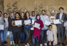 Statushouders ontvangen certificaat Introductieprogramma. Fotografie: Jurriaan Hoefsmit www.haarlem.nl.