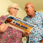Carri uit Haarlem wordt verrast door Postcode Loterij-ambassadeur Gaston Starreveld met de PostcodeStraatprijs-cheque. Fotocredits Roy Beusker Fotografie.
