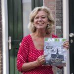 Hoofdredacteur Jeannette Eversen met de nieuwe HRLM. Fotografie: Linda Llambias.
