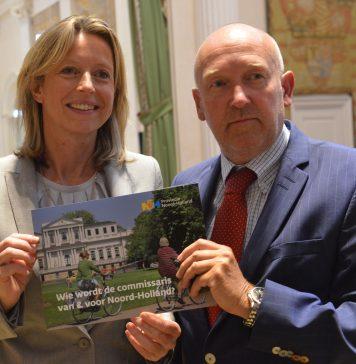 Minister Ollongren neemt de profielschets voor de nieuwe cvdK van Noord-Holland in ontvangst van Statenlid Annaert op 12 september. PR Foto Provincie Noord-Holland.