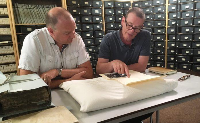 Archivaris André van Noort van Erfgoed Leiden en Omstreken (l.) vertelt Kees Prins over een bijzondere voorouder van hem. PR foto NTR.