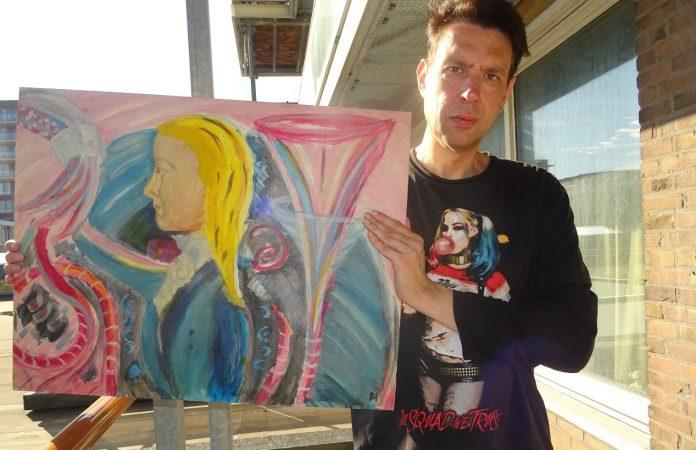 Peter Hulscher toont één van zijn werken. Ingezonden foto.