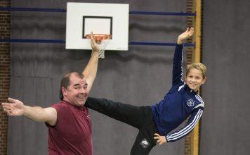 Paul met zijn kleinzoon Luca in actie tijdens SportInstuif Bloemendaal. Foto: Renata Jansen Fotografie.