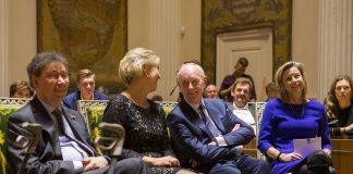 Johan Remkes geflankeerd door zijn partner en minister Ollongren bij zijn afscheid. Fotografie: Bas Beentjes.