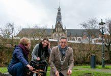 Burgemeester Jos Wienen plant laatste bol met buurtbewoners Maaike Bevaart en Margo Rademakers. Fotografie: Hélène Wiesenhaan. Ingezonden PR foto.