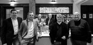 V.l.n.r Donald Ropes (Inholland), Justin Stuy (Rabobank), Hans Stroomberg (Sociëteit Vereeniging) en Stephan Kooijman (gemeente Haarlem). Achter de tap Anton Bouman (Sociëteit Vereeniging, links) en Jaap Sluis (De Coalitie). Fotografie: Ramon Philippo.