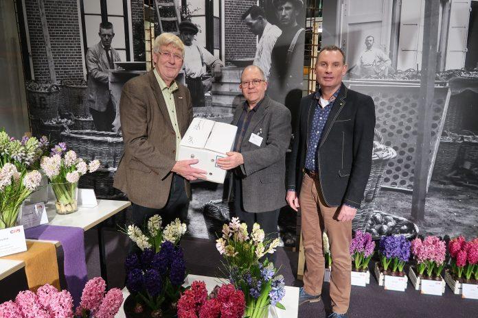 Bloemencorso overdracht corsoarchief vlnr Piet Goemans, Deen Boogerd, Ted Kortekaas. Voorjaar 2019.