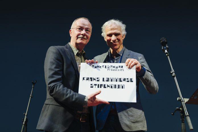 Frans Lommerse ontvangt het Frans Lommerse Stipendium uit handen van Jan de Ridder. Fotografie: Bibi Veth.