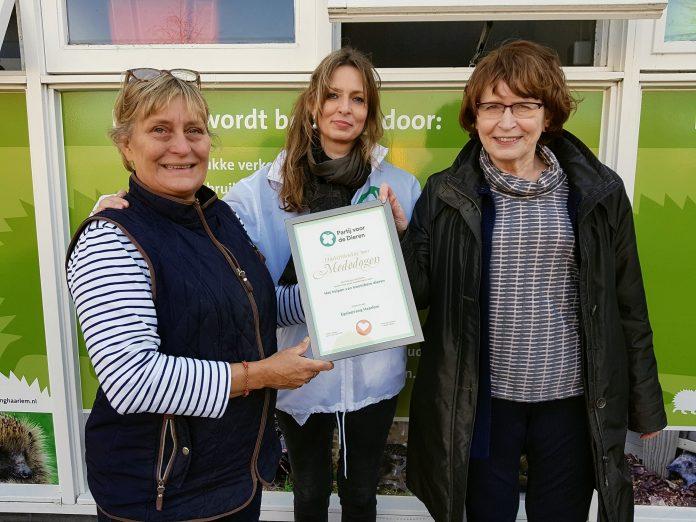 Kandidaat-statenlid Nicolette Seggelink, Dickie van Riemsdijk (voorzitter en beheerder van de Egelopvang) en Thecla van de Graaf-Wolfs (secretaris van de Egelopvang).