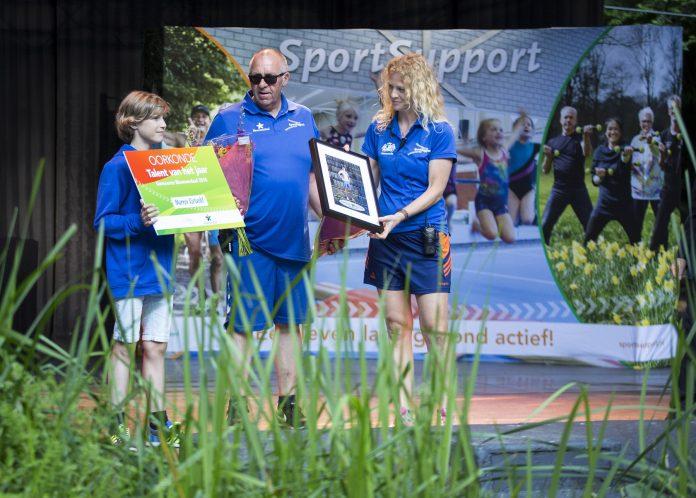 Saskia samen met collega Paul tijdens de Huldiging Sportkampioenen Bloemendaal. Fotografie: Renata Jansen.
