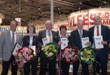 V.l.n.r.: Aldert Veenis(initiatiefnemer boek), Marjoke de Bakker(supermarktmanager), Fred Kramer(supermarktmanager), Lilian Roest(supermarktmanager), Pieter Rozendaal(directeur DekaMarkt). Ingezonden pr foto DekaMarkt.