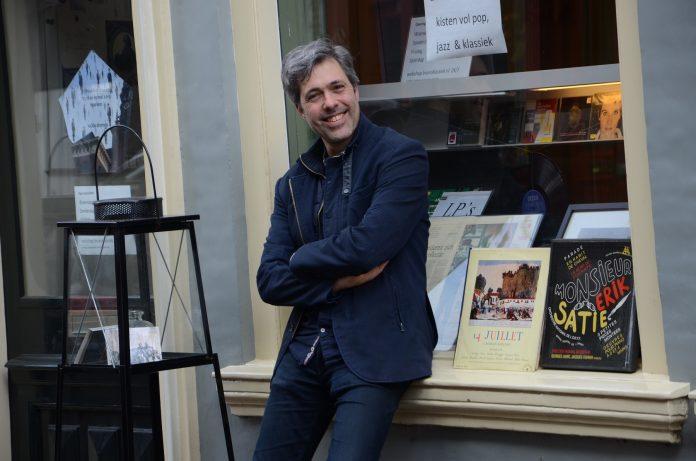 Bruno Truyens, voor de etalage van Bruno Klassiek. Zie ook www.brunoklassiek.nl en www.theater-haarlem.nl. Fotografie: Pip Bronkhorst.