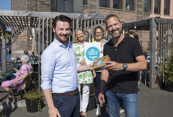 Wethouder Robbert Berkhout overhandigt 1e Doggybag. Ingezonden pr foto Haarlem Food Future.