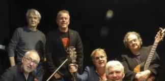 De Reizigers met (staand) Neil Russel, Jos Ahlers. Links onder Fons Stam, Eric Coolen, Maarten Brock en Henk Tijbosch. Fotografie: Arjan Boes.
