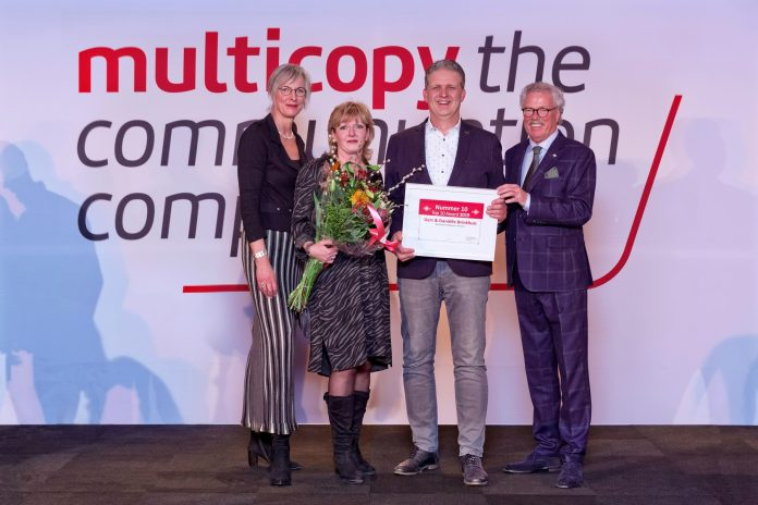 Daniëlle en Gert Brinkhuis hebben de Top 10 en Promotionele Award ontvangen uit handen van Annette Dales, algemeen directeur Multicopy Nederland (links), en Jan Withaar, oud-directeur Franchise Services Europe (rechts). Fotografie: Robert Aarts.