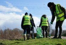 KLMers ruimen afval op op evenemententerrein Mysteryland. Ingezonden pr foto via Pressrecord.nl.