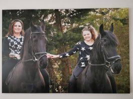 Josca Giesbergen en dochter Shena en verzorgpaarden.Foto: archief SportSupport.
