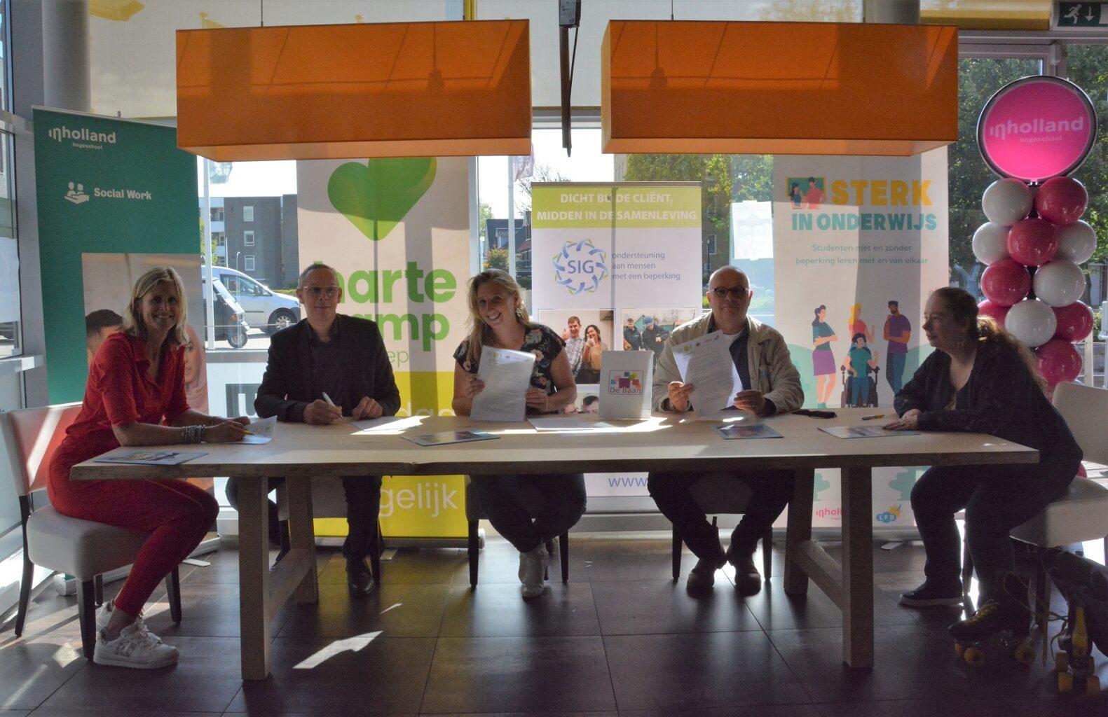 Ondertekenen van de samenwerkingsovereenkomst alle partners van het project Sterk in Onderwijs. Ingezonden foto.